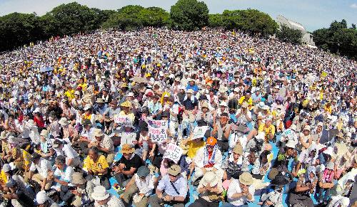 写真:会場の代々木公園には多くの参加者が集まった=16日午後、東京都渋谷区の代々木公園、関口聡撮影、超広角レンズ使用