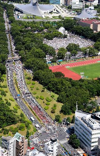 写真:会場の代々木公園からデモ行進する参加者たち=16日午後1時42分、東京都渋谷区の代々木公園、朝日新聞社ヘリから、上田潤撮影