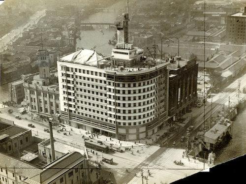写真:完成当時の1931年に上空から撮影した朝日ビル。丸みを帯びた外観が特徴的だ