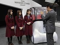 「WANDER STAND CONCEPT」について説明を受ける(左から)高山一実、永島聖羅、衛藤美彩