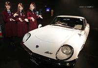 1967年発売のスポーツカー「コスモスポーツ」と記念撮影する(左から)衛藤美彩、永島聖羅、高山一実