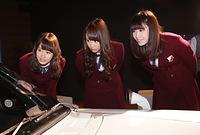 車内をのぞき込む(左から)衛藤美彩、永島聖羅、高山一実