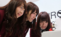 「KIROBO MINI」との会話を楽しむ(左から)永島聖羅、衛藤美彩、高山一実