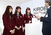 担当者から「KIROBO MINI」の話を聞く(左から)永島聖羅、衛藤美彩、高山一実