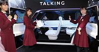 車内の内装が真っ白な「TEATRO for DAYZ」を紹介する(左から)深川麻衣、秋元真夏、斉藤優里