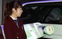 車内の内装に映し出された映像を見つめる斉藤優里