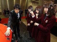 担当者から「PEUGEOT 208 Allure」の説明を受ける(右から)衛藤美彩、永島聖羅、高山一実