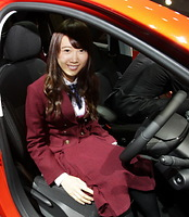 運転席に座る永島聖羅