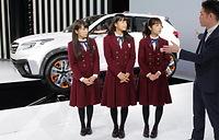ステージで「VIZIV FUTURE CONCEPT」の説明を受ける(左から)秋元真夏、深川麻衣、斉藤優里