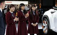 説明を受ける(右から)秋元真夏、深川麻衣、斉藤優里