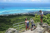 日本軍の防衛拠点だったタッポーチョ山頂で記念撮影する観光客。眼下にはガラパンの街並みが一望できる=8月28日、北マリアナ諸島・サイパン島、橋本弦撮影