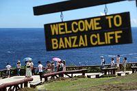 上陸したアメリカ軍に追い詰められ、多くの日本人が崖から海に身を投げた「バンザイクリフ」。記念撮影をする観光客でにぎわう島いちばんの観光地になっている=8月28日、北マリアナ諸島・サイパン島、橋本弦撮影