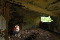 「ラストコマンドポスト」と呼ばれている岩のくぼみに作られたトーチカ。司令部ではなく海軍の監視哨だったという=8月28日、北マリアナ諸島・サイパン島、橋本弦撮影