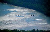 1942年5月に雷撃を受けて沈没し、米軍が浅瀬に引き揚げた駆逐艦「菊月」。ソロモン諸島・フロリダ島の海岸「トウキョウベイ」の上空からは、その朽ち果てた姿を確認できた=9月1日、ソロモン諸島、朝日新聞社