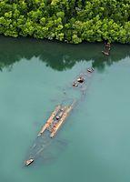 旧日本海軍の駆逐艦「菊月」。干潮時には船の形がくっきり浮かび上がる。手前が船首で岸に近い方が船尾=9月3日、ソロモン諸島・フロリダ島、朝日新聞社機「あすか」から、橋本弦撮影