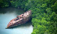 座礁したまま残された米軍輸送艦の残骸=8月31日、ソロモン諸島・フロリダ島、朝日新聞社機「あすか」から、橋本弦撮影