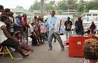 市場の一角にできた人だかりの真ん中で大きな身ぶりを交え叫ぶ男。男はキリスト教の宣教師で布教活動をしているのだという=9月7日、ソロモン諸島・ガダルカナル島、橋本弦撮影