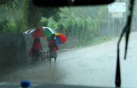 強い風とともに突然打ち付けるスコール。流行なのか七色の傘をよく見かけた=9月3日、ソロモン諸島・ガダルカナル島、橋本弦撮影