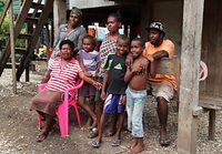 ガダルカナル島では10年ほど前まで民族間の紛争や反政府運動など混乱が続いた。カカボナ村のベナンディットさん(前列左、50)は「みな資産や家を失ったが、生活は戻りつつある。今、この国に必要なのはリーダー
