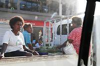 ホニアラ市内。トラックの荷台に乗って移動する人たち=9月1日、ソロモン諸島・ガダルカナル島、橋本弦撮影