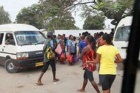 乗り合いワゴン車の集まる広場は、買い物袋を下げた人たちであふれていた=9月1日、ソロモン諸島・ガダルカナル島、橋本弦撮影