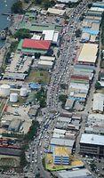 首都ホニアラを東西に走る大通り。朝夕の通勤時間帯は、あふれる車で慢性的な渋滞が起こっている=8月31日、ソロモン諸島・ガダルカナル島、朝日新聞社機「あすか」から、橋本弦撮影