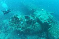 水深約35メートルの海底に横たわるアメリカ軍の飛行艇「カタリナ」。首都ホニアラから北東に約42キロにあるツラギ島のそばに沈んでいる=9月4日、ソロモン諸島、橋本弦撮影