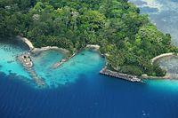 九七式飛行艇が沈む場所に近いカブツ島には旧日本軍の水上機基地跡があり、桟橋跡(右)が今でも残っている=8月31日、ソロモン諸島、朝日新聞社機「あすか」から、橋本弦撮影