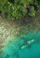 浅瀬に沈んだ零式水上偵察機=9月1日、ソロモン諸島・トゥハ島、朝日新聞社機「あすか」から、橋本弦撮影
