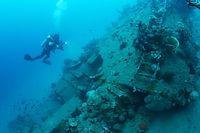 海面から水深約30メートルに沈む「鬼怒川丸」の船体。はしごのようなものがそのまま残っていた=9月5日、ソロモン諸島・ガダルカナル島、橋本弦撮影
