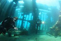 船体の骨組みでできた空間に光が差し込む。比較的浅い水深に残された「鬼怒川丸」はダイビングスポットとして人気だという=9月5日、ソロモン諸島・ガダルカナル島、橋本弦撮影