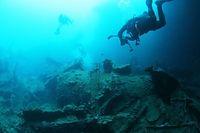 輸送船「鬼怒川丸」のすぐ近くには、輸送船「広川丸」も沈んでいる=9月5日、ソロモン諸島・ガダルカナル島、橋本弦撮影