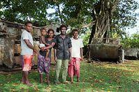 「博物館」を管理するサミュエルさん(右から2人目)とその家族。放置されたアメリカ軍の水陸両用トラクターを親族から引き継ぎ、展示している=9月7日、ソロモン諸島・ガダルカナル島、橋本弦撮影
