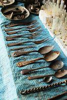 スプーンやフォーク、食器など=9月2日、ソロモン諸島・ガダルカナル島、橋本弦撮影