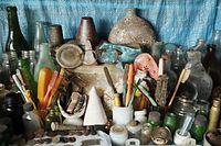 見つかった眼鏡や歯ブラシなどの装身具や日用品の数々=9月2日、ソロモン諸島・ガダルカナル島、橋本弦撮影