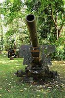 ビル村の戦争博物館。ガダルカナル戦で残された飛行機や大砲などの兵器が展示されている=9月3日、ソロモン諸島・ガダルカナル島、橋本弦撮影