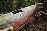 仰向けになった機体には、所属を示す「呉支部」のほか、「製造番号 三菱2666号」「製造年月日 2―3―31」といった文字や数字が読み取れた=9月8日、ソロモン諸島・ガダルカナル島、橋本弦撮影