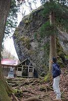 勝山ジオパークの見どころの一つ、「大矢谷白山神社の巨大岩塊」=2015年12月15日、勝山市平泉寺町大矢谷、堀田浩一撮影