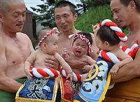 美浜の八朔祭り。化粧まわしをして土俵に上がった赤ちゃんたち=2015年9月6日、美浜町日向、大野正智撮影