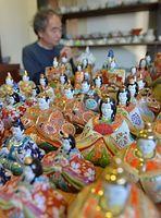 九谷焼のひな人形づくりが最盛期を迎えている=2014年1月27日、石川県能美市、水野義則撮影