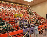 1千体のひな人形が並ぶ華やかな会場=2016年2月22日、JR七尾駅前の複合商業施設「パトリア」、須藤佳代子撮影