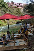 営業が始まった鶴仙渓の川床。さっそく観光客が訪れていた=2014年4月1日、加賀市山中温泉河鹿町、福田純也撮影