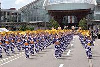 百万石行列の出発式で息の合った踊りを披露する人たち=2015年6月6日、JR金沢駅前、京谷奈帆子撮影