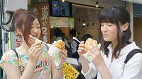 観光で金沢を訪れ、メロンパンアイスを食べる女性たち=2015年5月15日、金沢市広坂1丁目、京谷奈帆子撮影