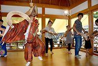 ささらを鳴らし、こきりこ踊りを体験する観光客ら=2015年8月26日、南砺市上梨、寺脇毅撮影