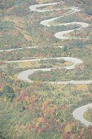 紅葉が見頃を迎えた立山黒部アルペンルート=2015年10月5日、富山県立山町、朝日新聞社ヘリから、筋野健太撮影