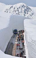 最高19メートルの雪の壁が迫る「雪の大谷」。初日から大勢の外国人観光客らでにぎわった=2015年4月16日、富山県立山町室堂、松本英仁撮影