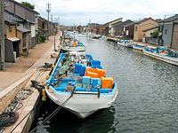 北前船の寄港地だった放生津潟と海を結んだ運河・内川。一時はどぶ川と化していたが、水質も改善され、漁師が番屋で朝食をとり、お年寄りが散策をする憩いの場になった。「日本のベニス」と呼ばれている=2014年