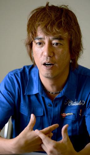 DJの山本シュウさん=遠藤真梨撮影