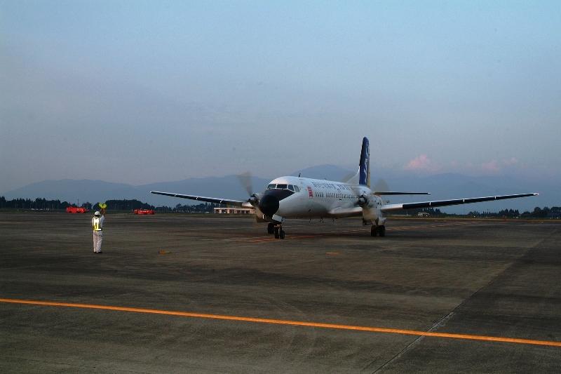 最終便のYS11。マーシャラー(誘導員)がストップのサインを出すと、静かに停止した=2006年9月30日、鹿児島県霧島市の鹿児島空港、いずれも平井一生撮影